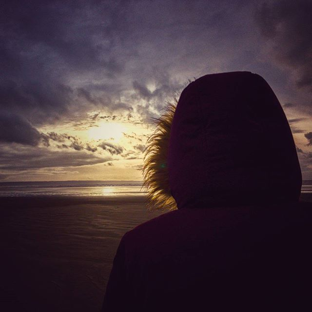 @rufus2612 looks out to sea from #SauntonSands while the sun thinks about setting. #Sunset #NotRaining #WeekendAway #NorthDevon #POTD
